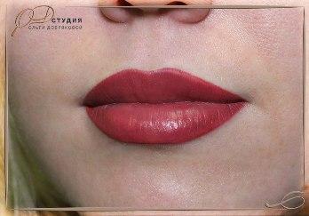 татуаж губ яркого цвета